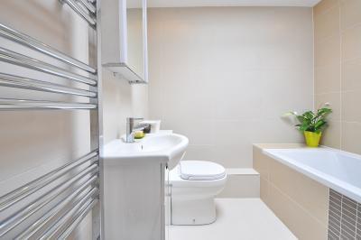 ванная комната с раковиной унитазом и ванной